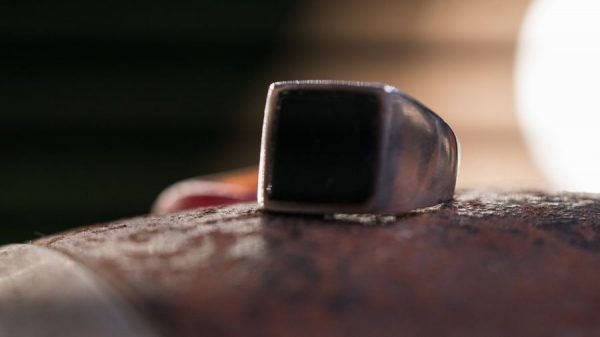 anillo black cube