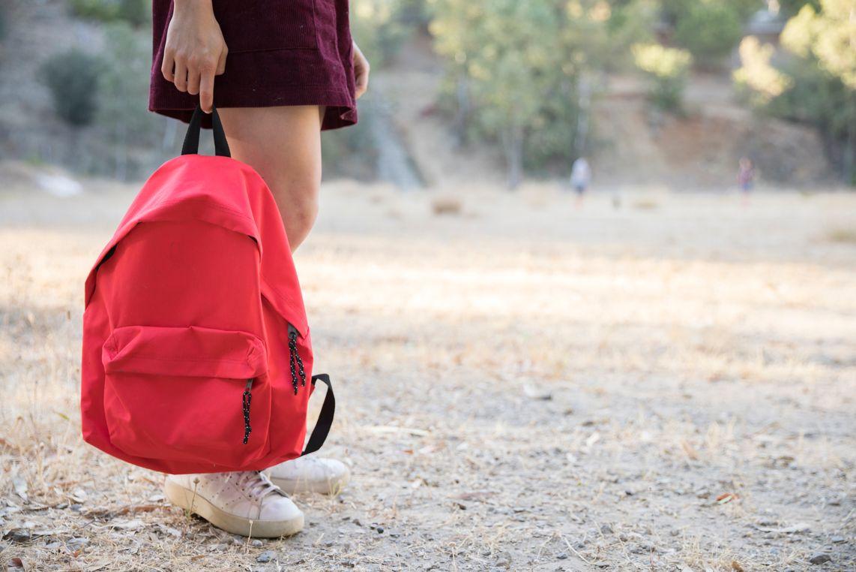 nina esperando con mochila